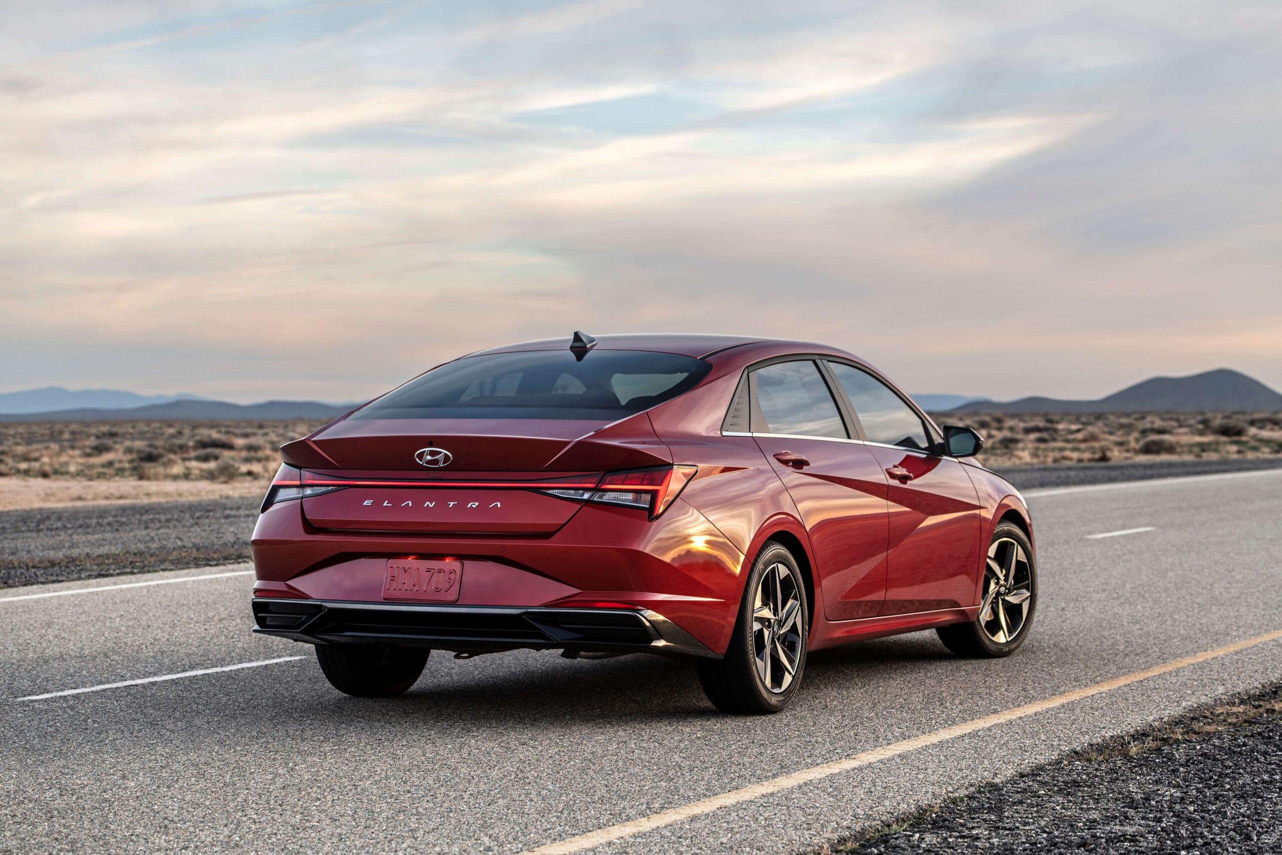 Arrière de la Hyundai Elantra 2021 rouge