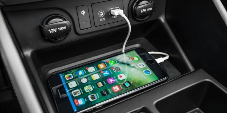 Mobile qui charge dans un véhicule Hyundai